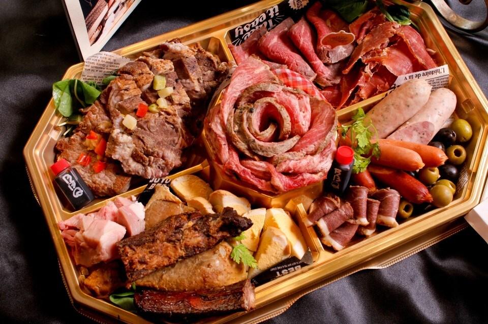 デラセラ【Dela-cera】誕生日記念日お祝い&自家製ハムとスモークのレストラン[愛知/名古屋/一宮/稲沢/清州で愛され早30年!テイクアウト] | 肉づくしをテイクアウトでお箸でカンタンに!