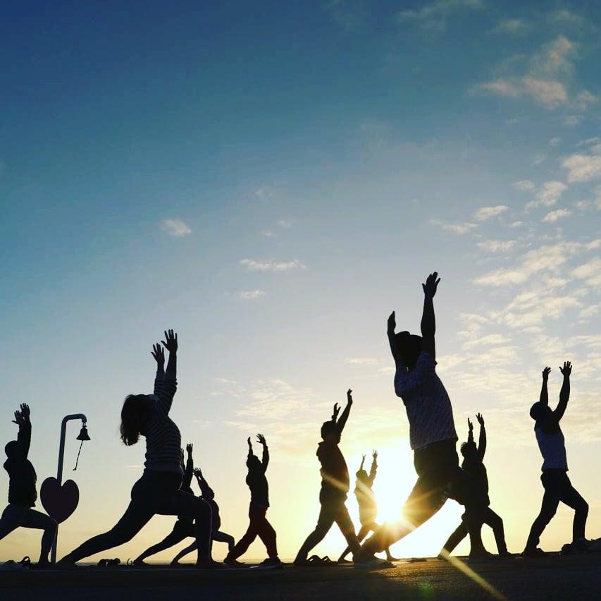 沖縄ヨガ/人気の日の出朝ヨガ/ビーチヨガ、SUPYOGA(サップヨガ)、ウェルネスプログラム、プライベート対応可