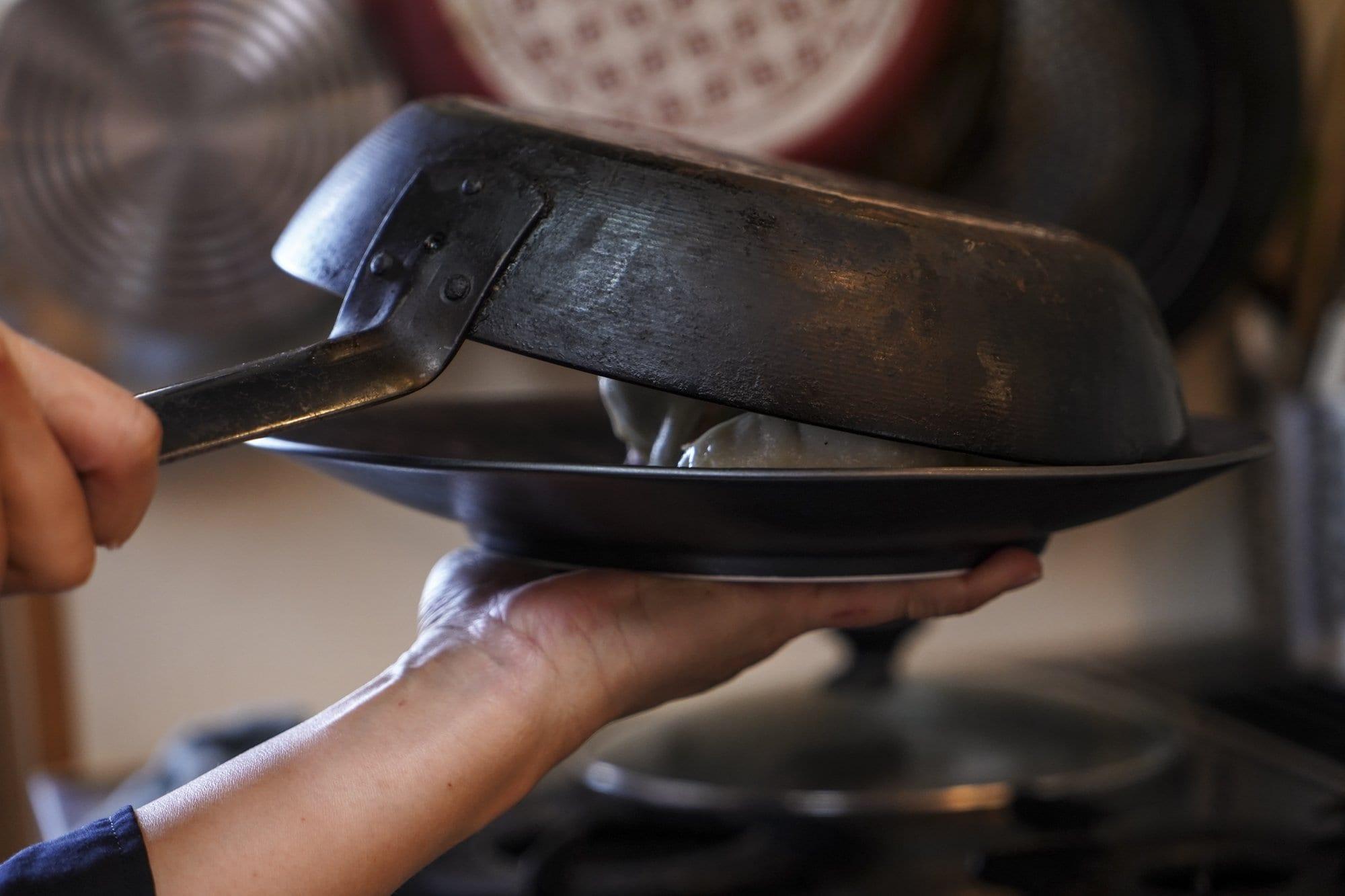 お皿をフライパンに乗せたらさあ!いよいよ出来上がりです!