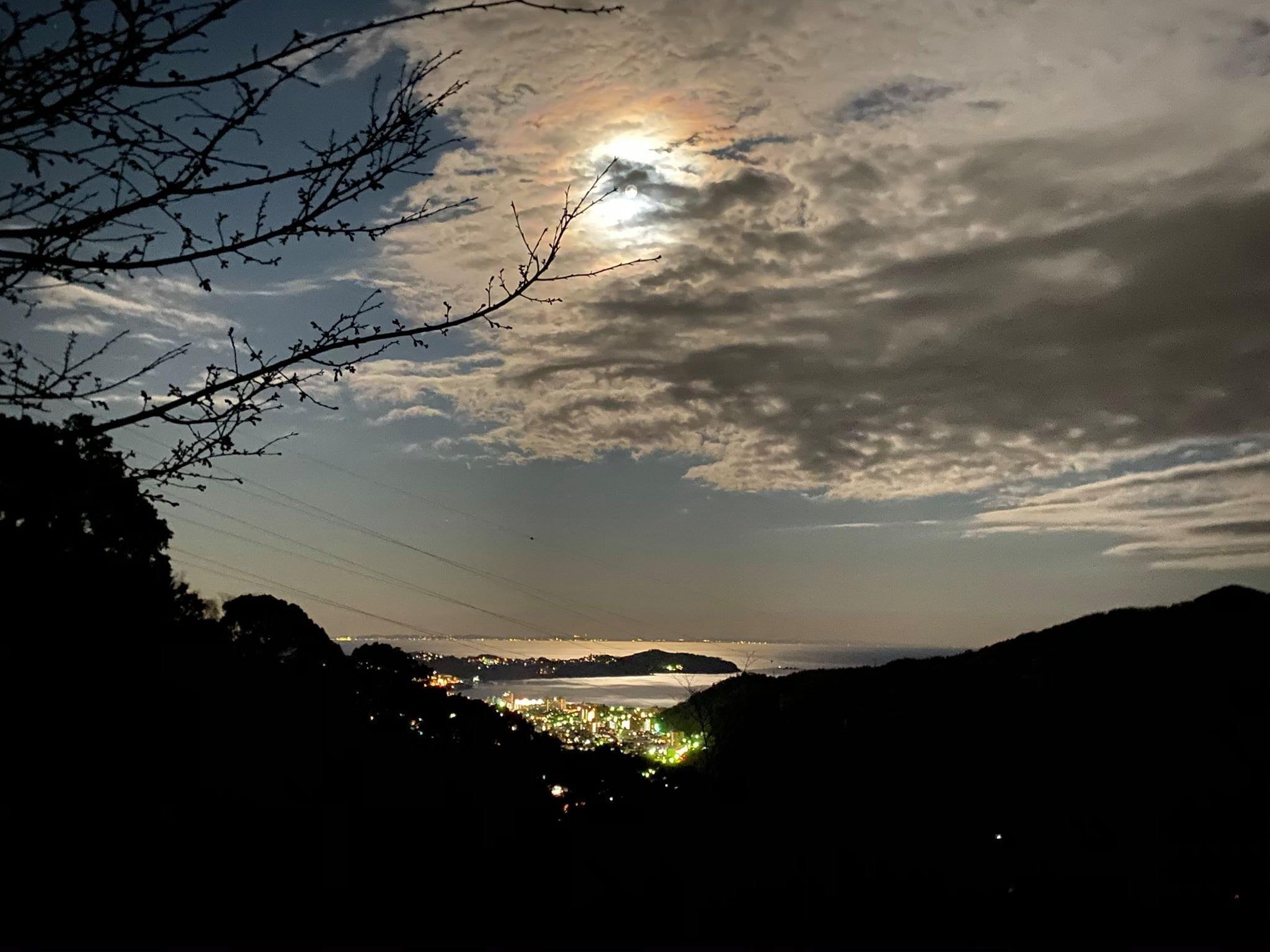 ハルカスガーデンから見る満月と海