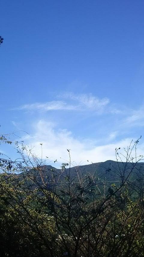 初秋の澄みきった空と山