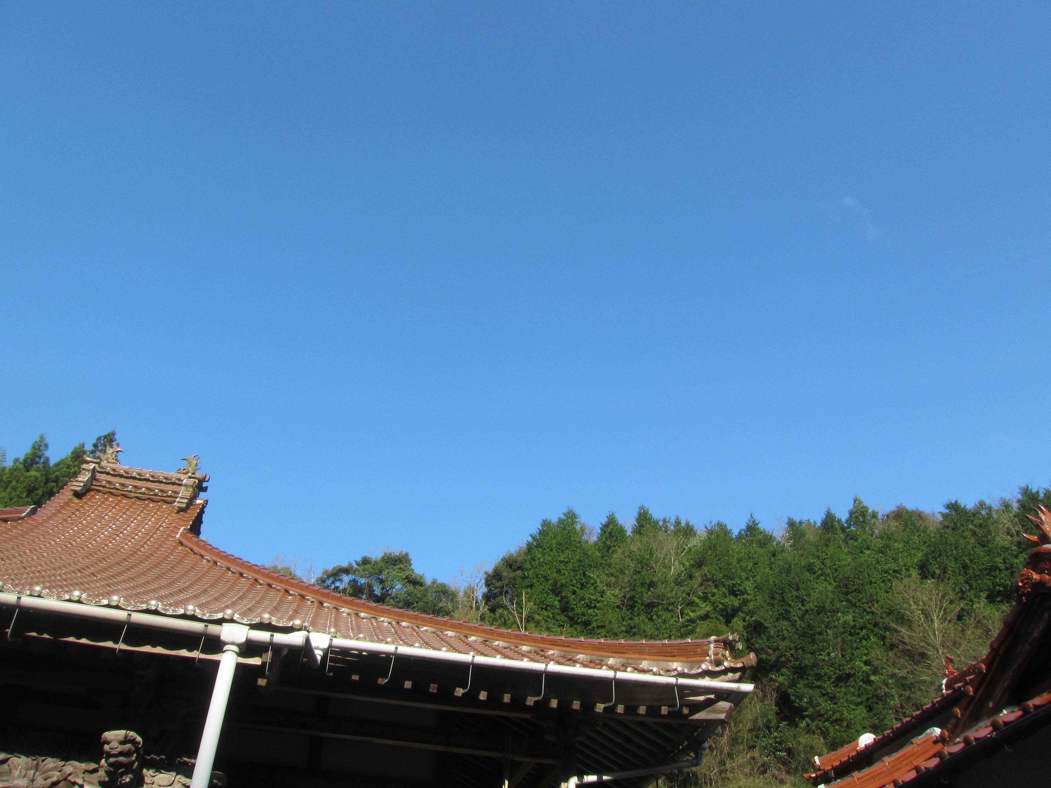 本堂屋根越しの青空