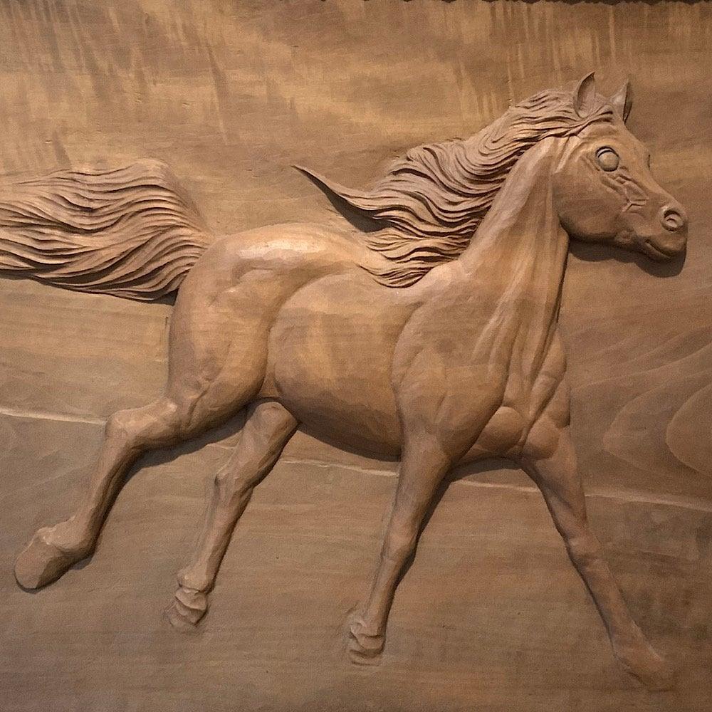 サラブレッドの木彫り作品