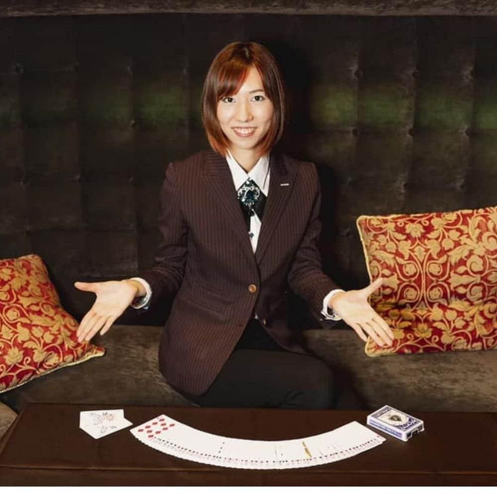 マジシャンAyanaとして関西を拠点に活動中。女性マジシャンならではのテーブルマジック、ステージマジックは必見。手品をして欲しいという出張のご依頼ではイリュージョンショーも承っております。