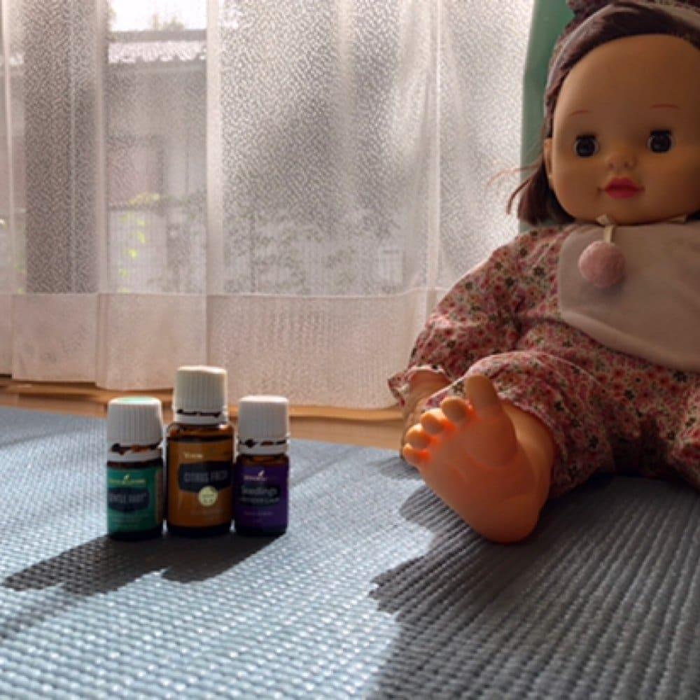 お子様連れのヨガ。相棒のお人形さん