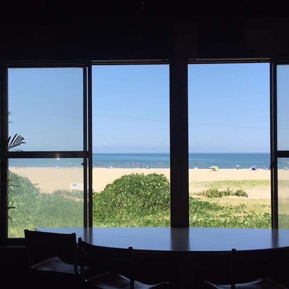 窓からの海