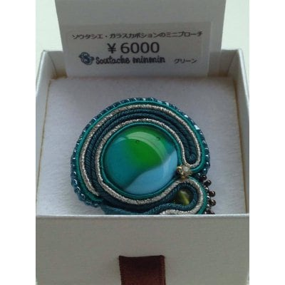 Soutache minmin#002【ガラスカボションのミニブローチ】(グリーン)