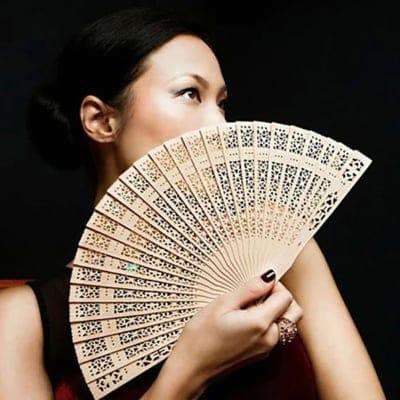 【輸入扇子】白檀透かし彫り風 シノワズリ風