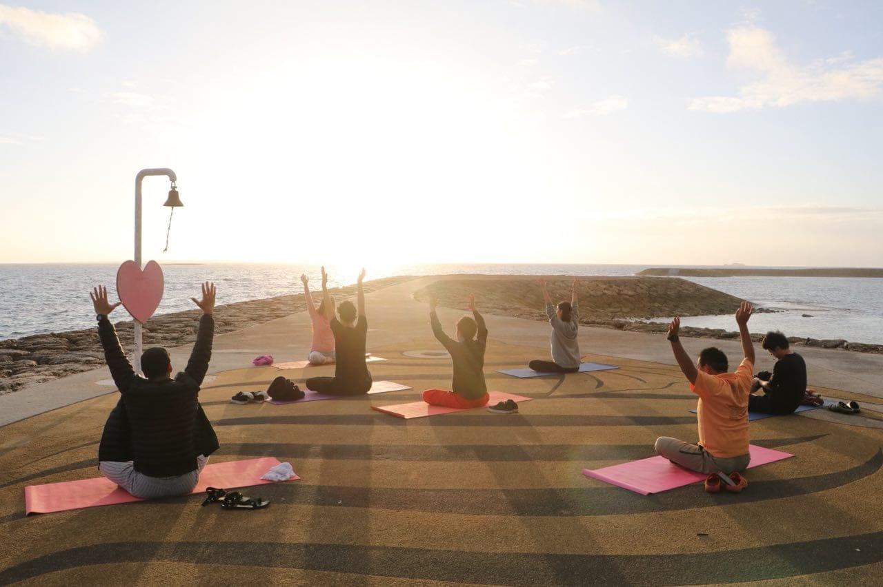 サンセットヨガ/4月13日(土)17時半〜北谷安良波公園で開催!!海と自然を感じながら楽しいヨガタイムを過ごせます!のイメージその2