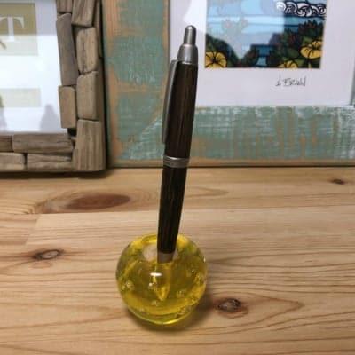 どんなサイズのペンでも立てられるガラスのペン立て(菜の花色)