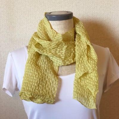 草木染膨れ織絹スカーフ(山桃黄色)