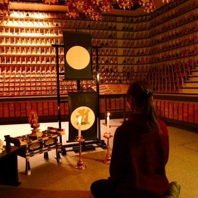 【予約制・店頭払いのみ】座禅体験 立体曼荼羅(りったいまんだら)を前に瞑想法「阿字観」で座禅を組む