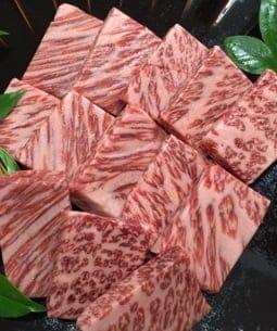 極上 松阪牛 肩ロース【ハネシタ】 焼肉用 400g/肉のギフト通販なら老舗肉問屋小川/松阪牛や熟成肉などの絶品のお取り寄せグルメを取り揃えた専門店です。ステーキ用や焼肉用、すき焼き用など様々なシーンに向けた和牛肉、豚肉、鶏肉をお届け致します。