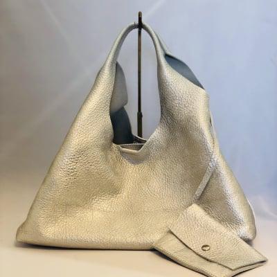 【送料無料】柔らかい革・ポーチ付きシルバーバッグ