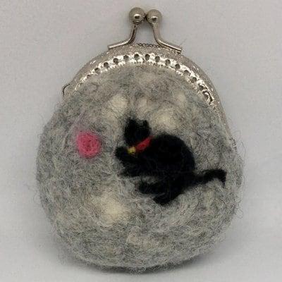 羊毛フェルトで作ったまん丸がま口 猫柄 グレー