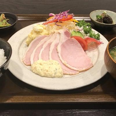 《ハムサラダ定食》[現地払い専用]/1,300円(税別)