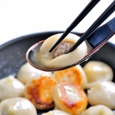 ジューシーな肉汁が溢れ出す焼小龍包30g×15個入!もち米粉を使用したもちもちな皮が美味しい!