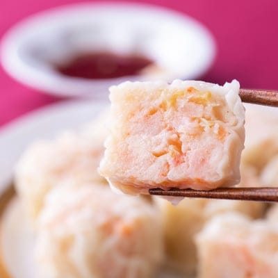 ぷりぷりの食感がたまらない!菖蒲庵のご自宅用エビプリ焼売40g×8個入。新鮮なムキエビをたっぷりと贅沢に使用しています。