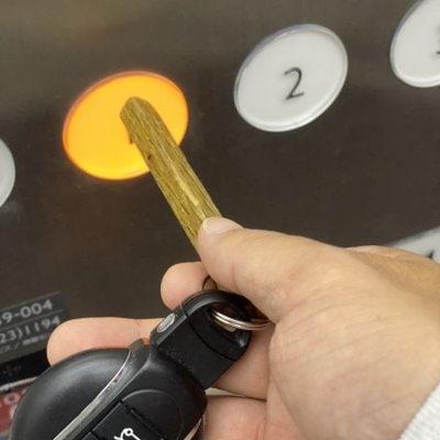 スティックキーホルダー(一面にお好きな文字を入れます)ボタン押しに...