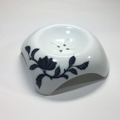 【伊万里焼の伝統の技で石鹸を美しく彩る】「白美の雫」専用ソープディッシュ(黒呉須モダン唐花)