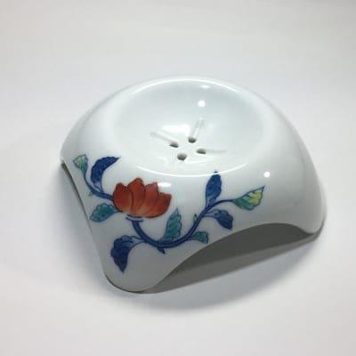 【伊万里焼の伝統の技で石鹸を美しく彩る】「白美の雫」専用ソープディッシュ(唐花)
