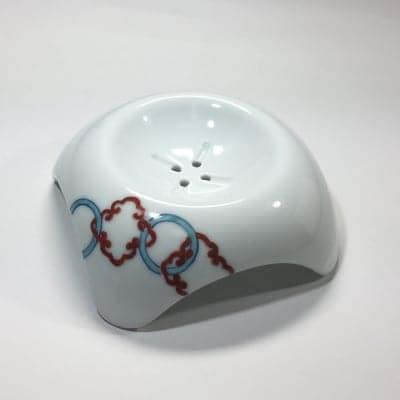 【伊万里焼の伝統の技で石鹸を美しく彩る】「白美の雫」専用ソープディッシュ(輪繋ぎ・赤青)