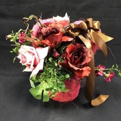 《送料無料》ハート型のピンクかごに入ったシックな色のバラのアレンジメントフラワー/薔薇/置き50
