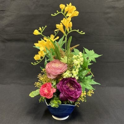《送料無料》【造花】フリージアと可愛いラナンキュラスの春アレンジ/ok-0015
