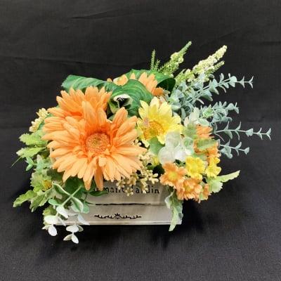 《送料無料》【造花】ブリキに入ったガーベラとユーカリの春アレンジ/ok-0018