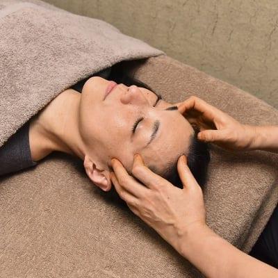 【AAAヘナオイルヘッドほぐし】30分 肉体的にも精神的にもお疲れの方におススメ!AAAヘナオイルを使用。 ベットで寝ながら施術を受けていただけます。