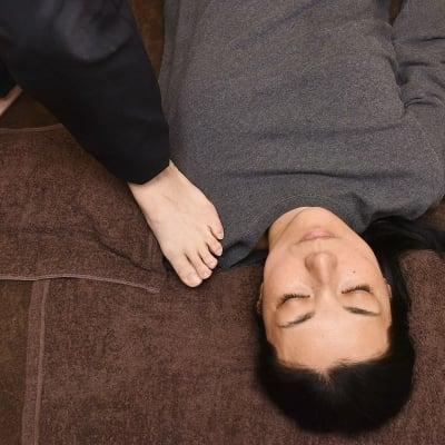 【フミフミリンパ】60分 全身に陽圧(足圧)をかけながらほぐし、リンパを流す施術です。