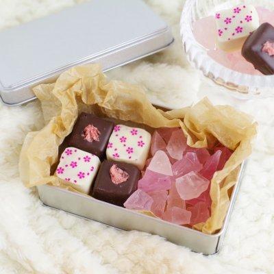 【季節数量限定 桜の琥珀糖とボンボンショコラの桜ギフト缶】魔法の琥珀糖×季菓貴コラボ商品!