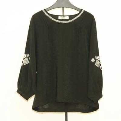 [黒]袖&襟配色刺繍丸首ブラウス