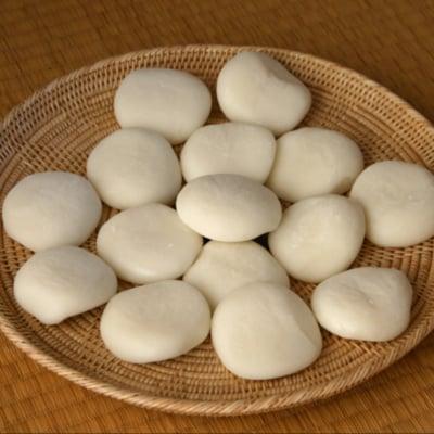 【店頭受取専用】生杵つき丸餅 1升 お米の香りが感じられる、つきたての約30個の生丸餅。杵つき餅でこしがあり、柔らかく、伸びがいいと好評です。  焼いて、煮て、色々なお餅料理にご利用頂けます。