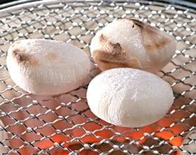【送料込み】限定100セット。「冬の杵つき餅詰め合わせ」かき餅(うす甘×1袋と塩味×1袋)、毎日がもちようび(切り餅10枚入り×2袋)、丸餅(10個入り×1袋)が入ったセット。幻の産地と言われた、鳥取県日野郡日南町笠木のもち米100%使用した、こしと伸びが自慢の餅です。