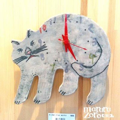 何か言いたげなグレー猫の全身時計 陶製の掛け時計-m.yam clay works