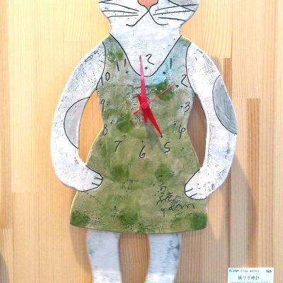 かっこいい猫のお姉さんが歩くような陶製の振り子時計-m.yam clay works