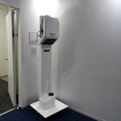 入り口で全身を除菌し、部屋の隅々まで除菌、消臭、加湿も行う、電解性次亜塩素酸水ミスト大型除菌噴霧...