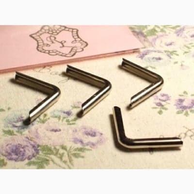 シンプルなコーナー金具(角金)■ニッケル4個入り◼︎クリップボードに最適!カルトナージュの材料に