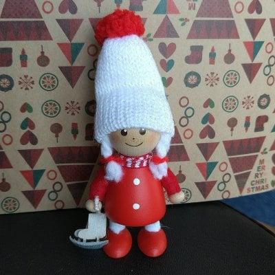 ノルディカニッセ(nordika nisse)スケート靴をもった赤いコートの女の子