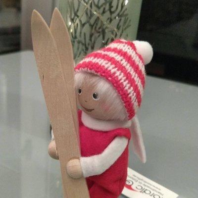 【Nordika Gift】 スキー板を持った女の子