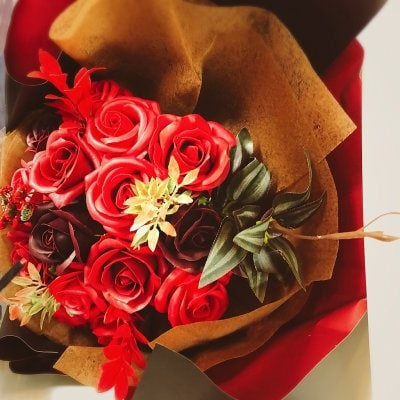 見た目も香りもゴーシャス!!【シャボンフラワーのバラの花束(大)〜真紅〜】