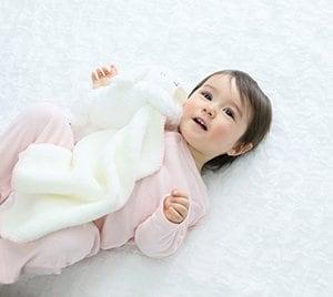ご出産のお祝いにディーゴふわもこ安心毛布 ぬいぐるみが毛布の端をつ...