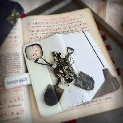 【gajuグッズ】スマホケース手帳型 愛おしい部屋 ベルト付き
