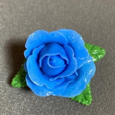 青いバラのブローチ