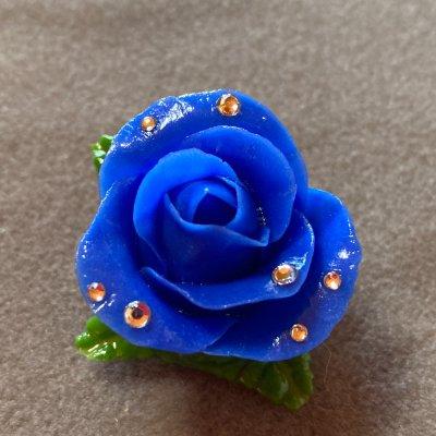 青いバラのブローチ(ビジューストーン付き)