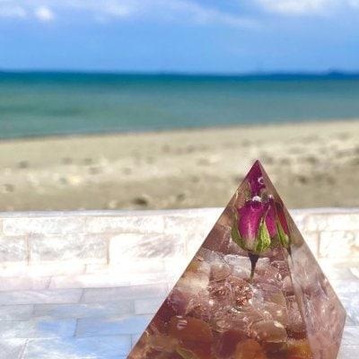 【現地払いまたはクレジット】 オルゴナイト/ピラミッド/約5cm 赤のバラ入り カーネリアン