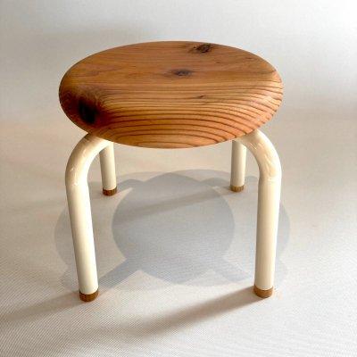 イスマル《ノーマル》新潟県産杉 無垢材一枚板から丁寧に手作業で仕上げた子ども用の丸椅子 積み重ね可能 スタッキングスツール プレゼントにおすすめ