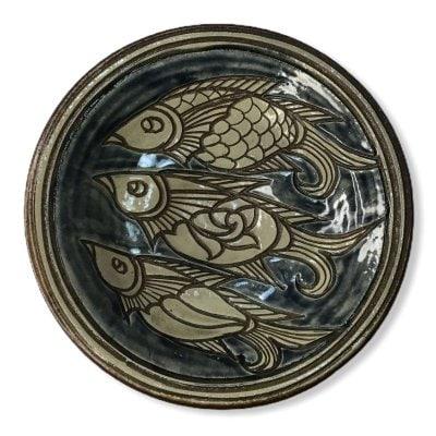 【商品番号0401金城敏男さん作】八寸皿(直径約24センチ)青地に魚三匹