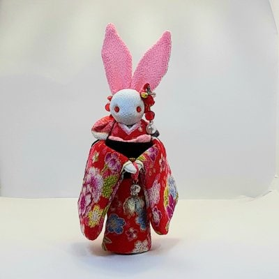赤い着物のかわいいウサギ人形